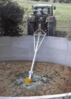Перемішування бетонного гноєзбірника міксером на стрілі